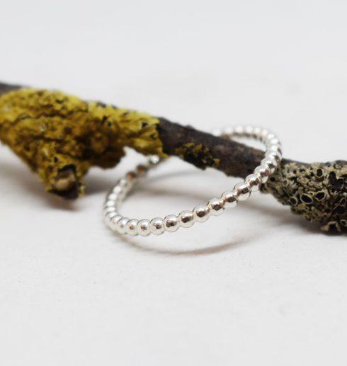 kultrådsring i silver på trädgren
