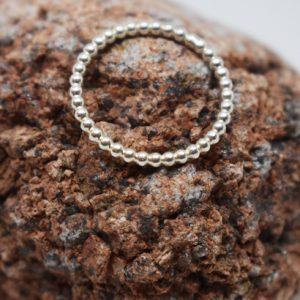 kultrådsring i silver på röd sten